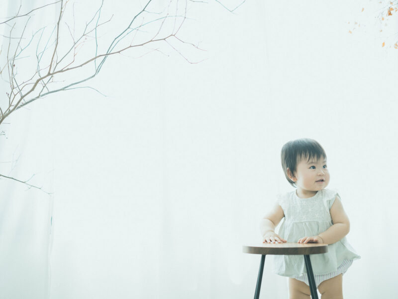 1歳バースデーフォト、えまちゃん!つかまり立ち