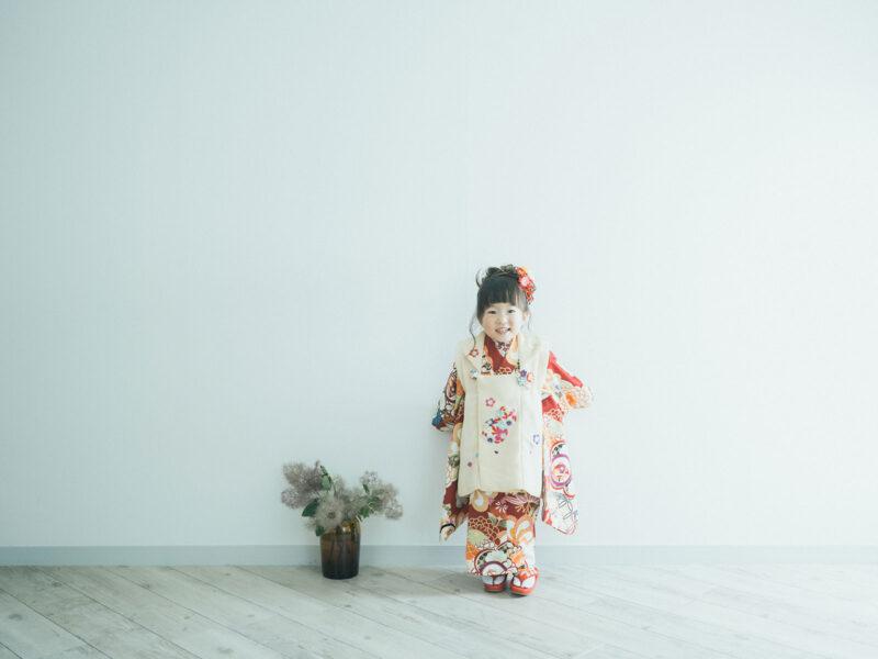 3歳七五三、ほのかちゃん!モダンな着物、スモークツリー