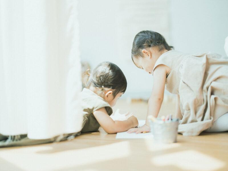 2歳双子バースデーフォト、つむぎちゃん、いつきちゃん!お絵かき