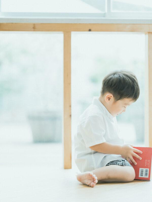 3歳バースデーフォト、りくとくん!絵本、白シャツ