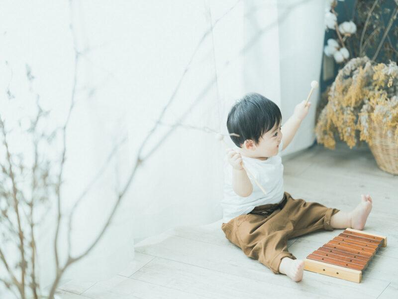 1歳バースデーフォト、ようすけくん!木琴で遊ぶ