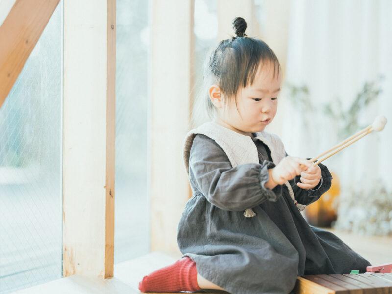 2歳バースデーフォト、ふたばちゃん!木琴で遊ぶ