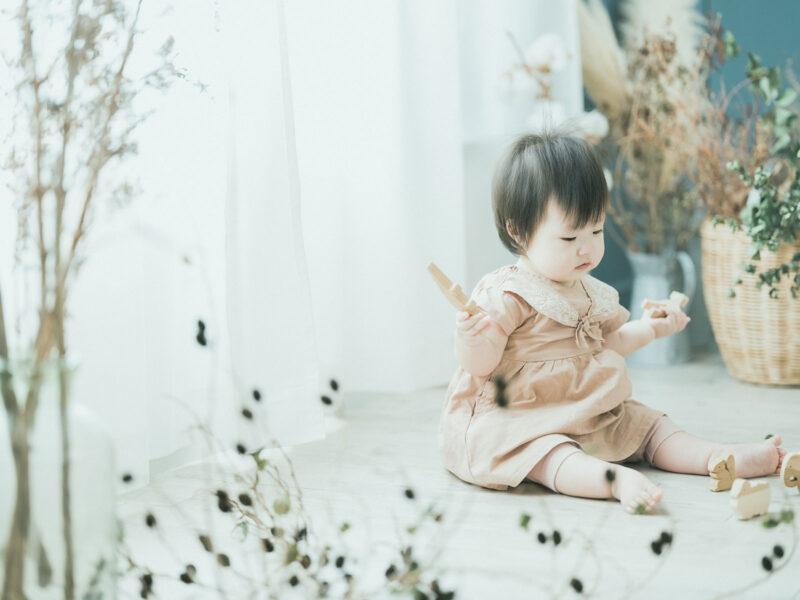 1歳バースデーフォト、ななほちゃん!可愛いワンピースと積み木