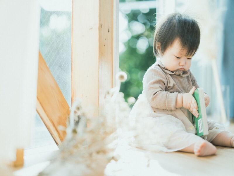 1歳バースデーフォト、ななほちゃん!ほっぺ、絵本を読む