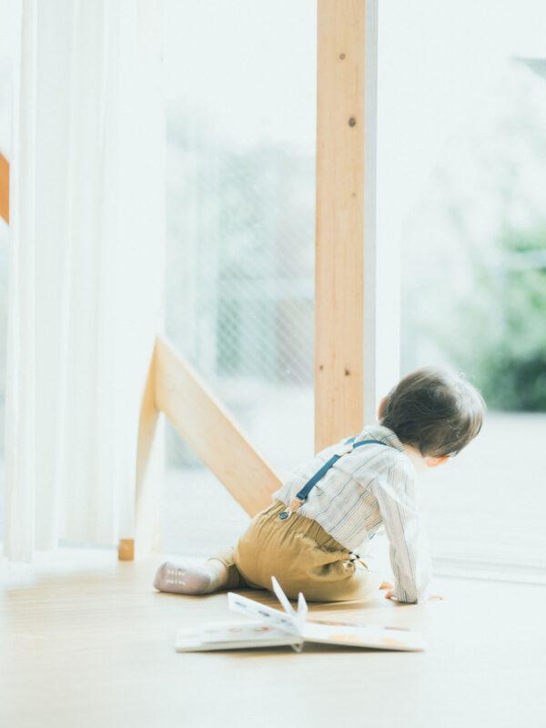 1歳バースデーフォト、はるとくん!サスペンダー、後ろ姿、絵本